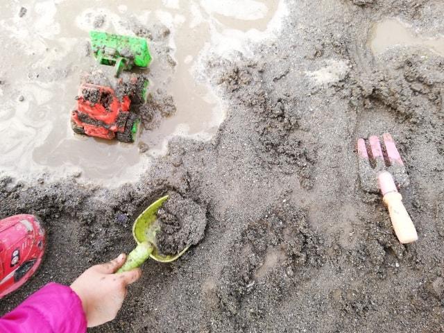 泥の感触遊びを楽しもう