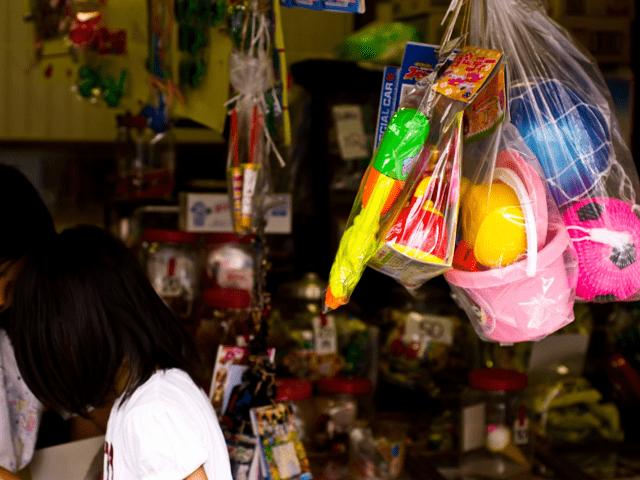 駄菓子屋さんは、子ども達の社交場